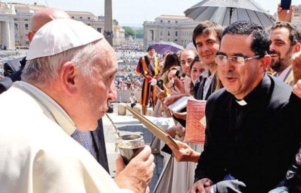 El Papa Francisco bajándole un refrescante tereré.
